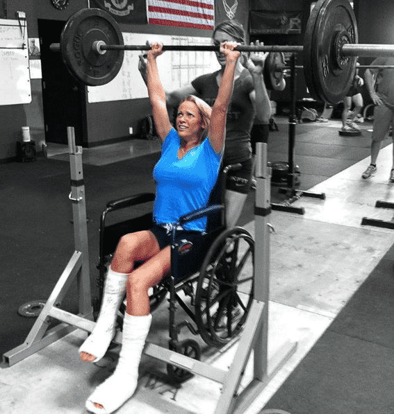 paralyzed woman lifting weights in the gym