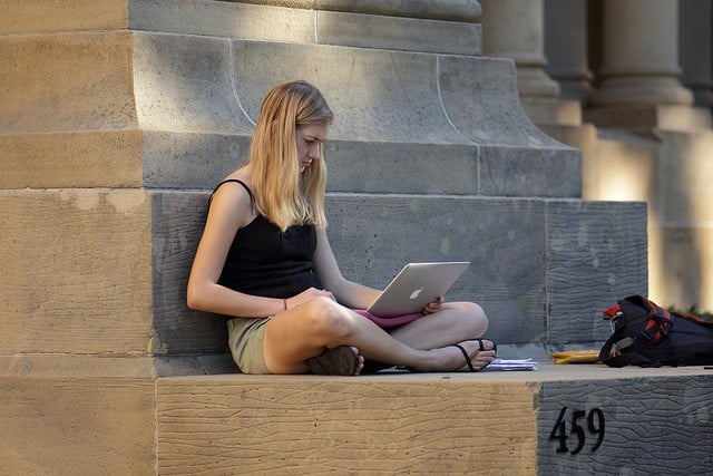 online courses, girl on her laptop